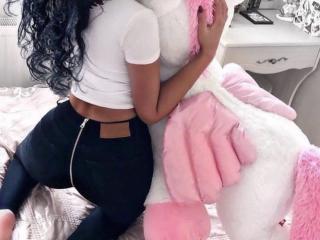 Latina babe KAYTTLIN